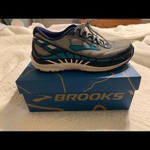 Brook Dyad sneaker. Size 9
